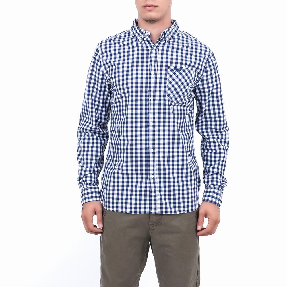 47b9954a294c Βαμβακερό καρό πουκάμισο με στενή εφαρμογή στις αποχρώσεις του μπλε και του  λευκού με τσέπη στο μπροστινό μέρος. Κλασική και αγαπημένη επιλογή που  ταιριάζει ...