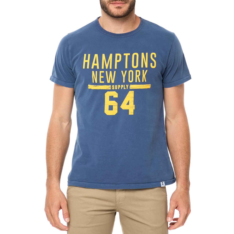 16ef04bf6cb6 Ανδρικό t-shirt σε μπλε χρώμα με τύπωμα από κίτρινα γράμματα μπροστά. Έχει  στρογγυλή λαιμόκοψη και κανονική γραμμή. Ευκολοφόρετο και μοντέρνο για all  day ...
