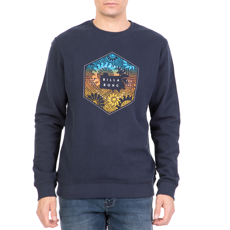 59f815ec5066 Ανδρική φούτερ μπλούζα σε μπλε απόχρωση με στάμπα μπροστά και στρογγυλή  λαιμόκοψη. Ένα κομμάτι-κλειδί που δεν πρέπει να λείπει από καμία αντρική ...